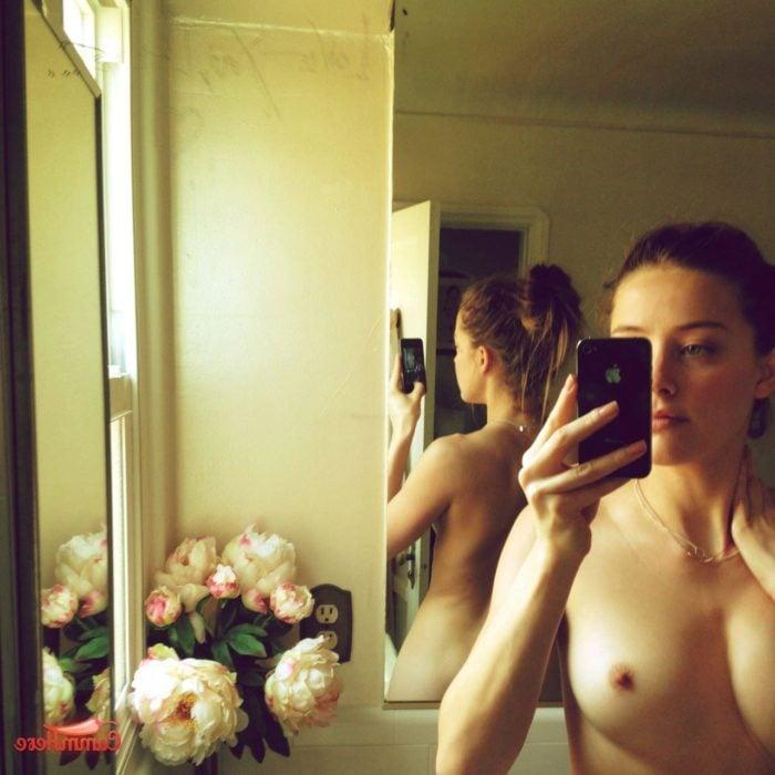 Amber Heard nude mirror selfie w/flowers