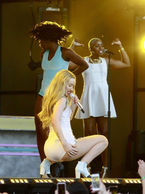 Iggy Azalea singing on stage dropping it low to the ground