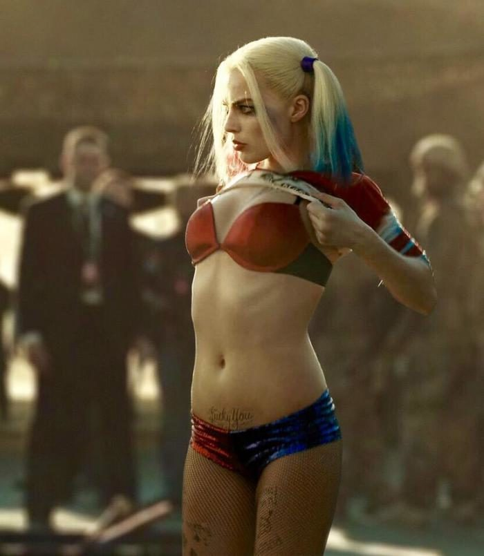 Harley Quinn lifting up her shirt in Suicide Squad