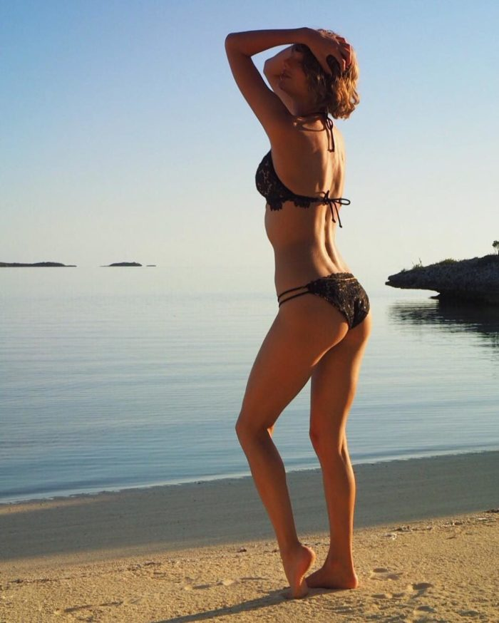 Taylor Swift in sexy black bikini in front of the ocean
