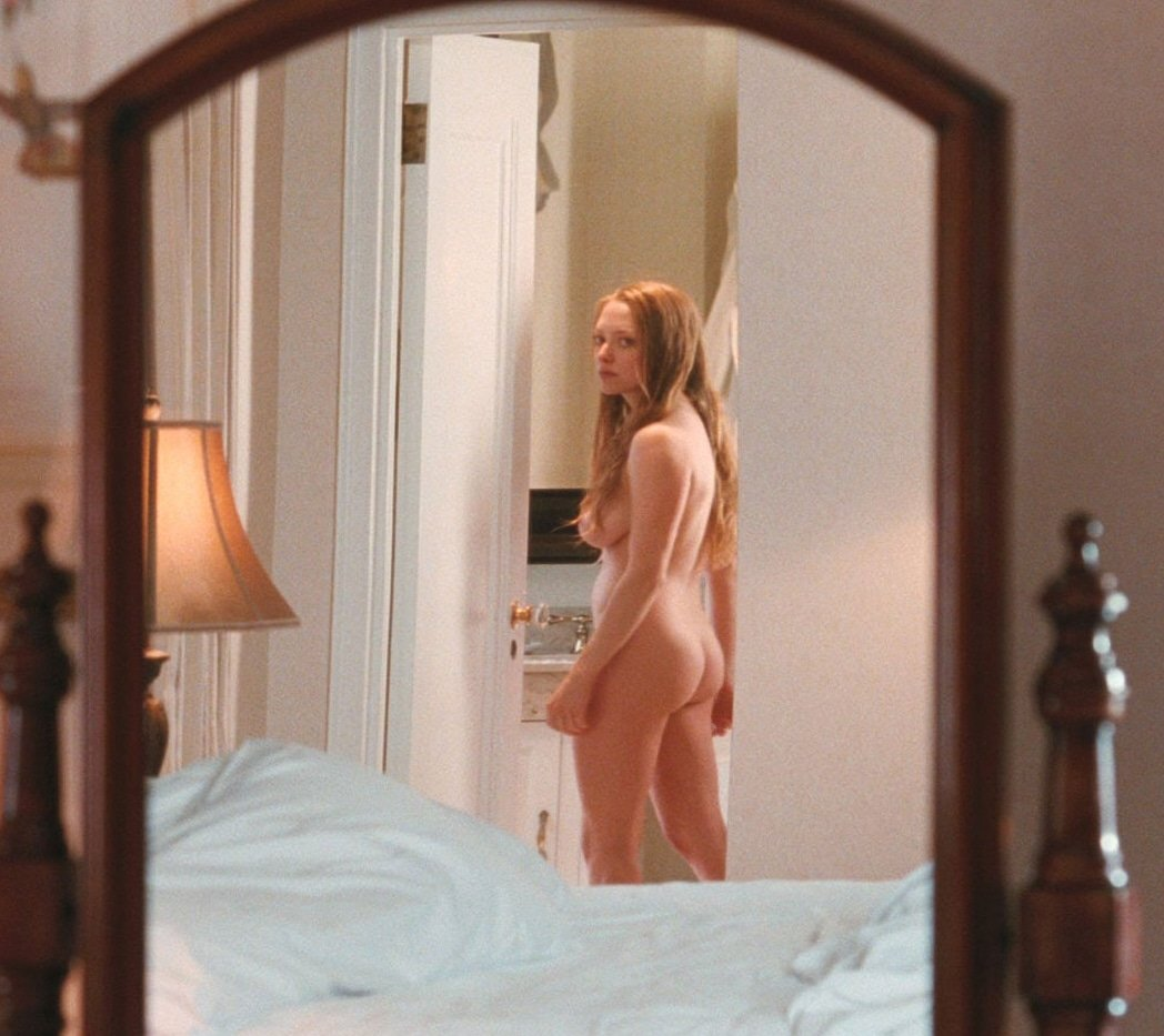Amanda Seyfried completely naked in a mirror