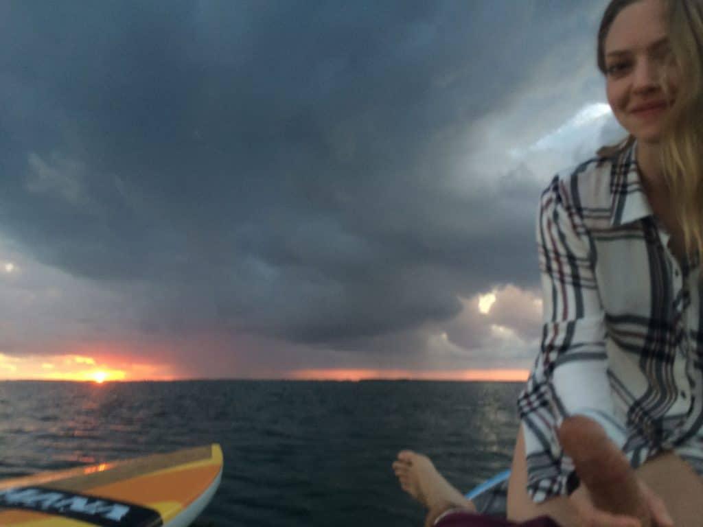 Amanda Seyfried holding Justin Long's dick