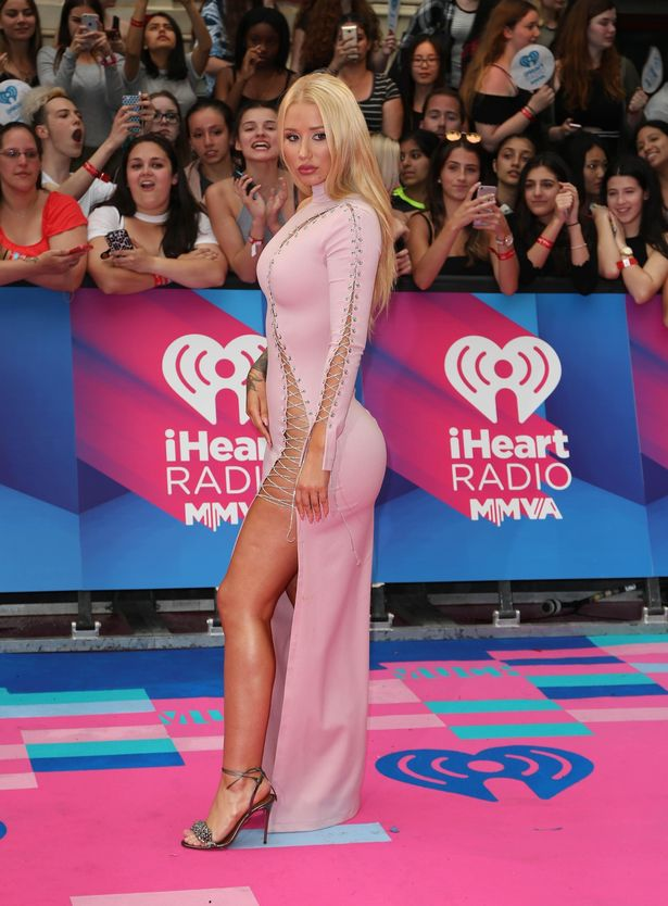 Iggy Azalea in a tight pink gown walking the red carpet