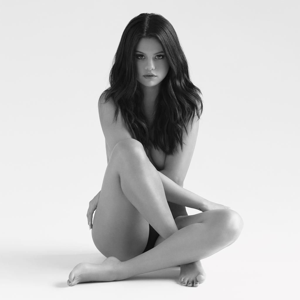 Selena Gomez totally naked in black and white pic