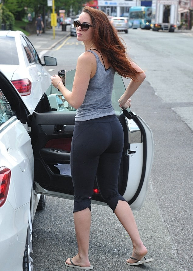Jennifer Metcalfe in yoga pants getting into car