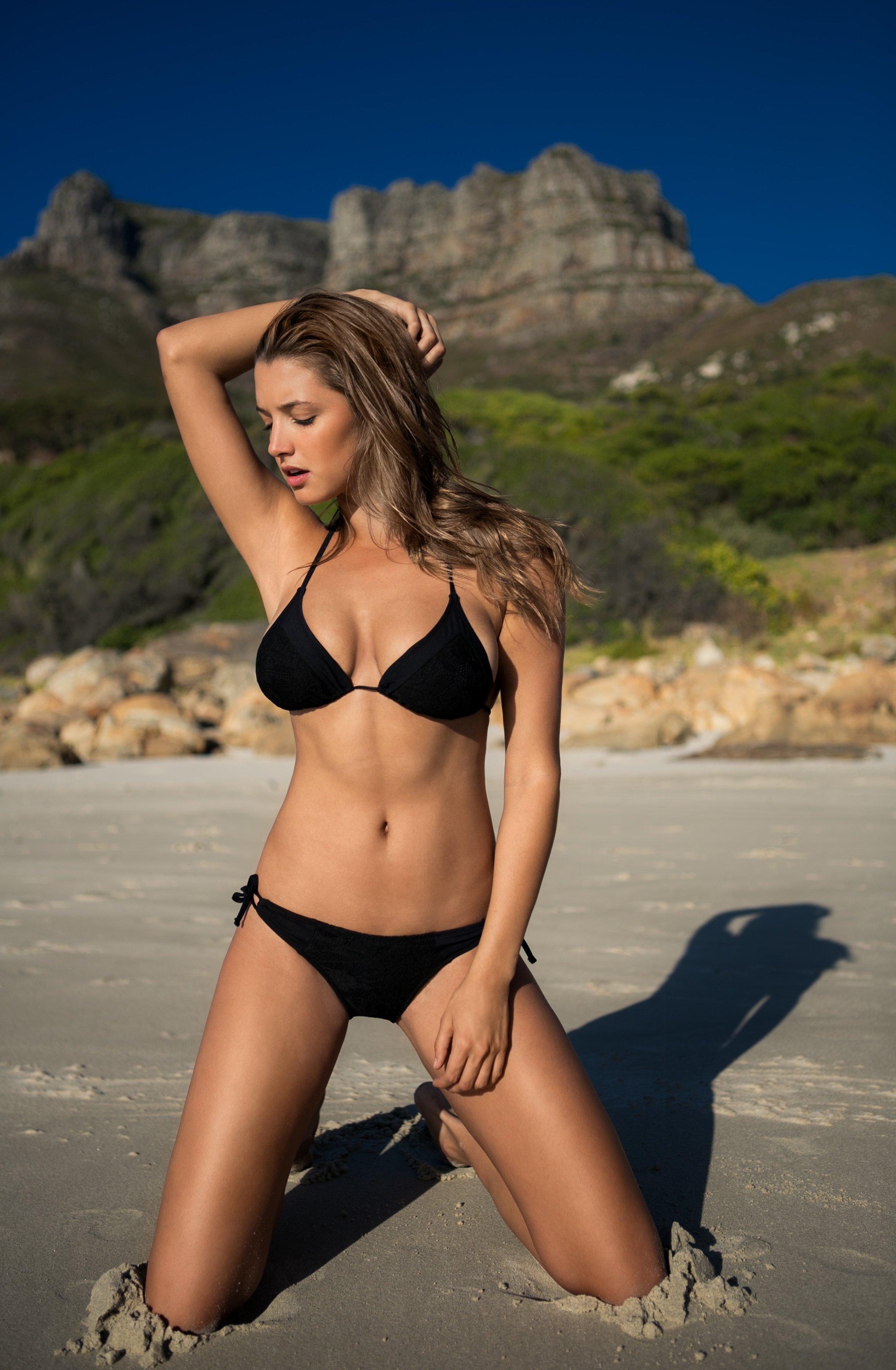 Alyssa Arce pose