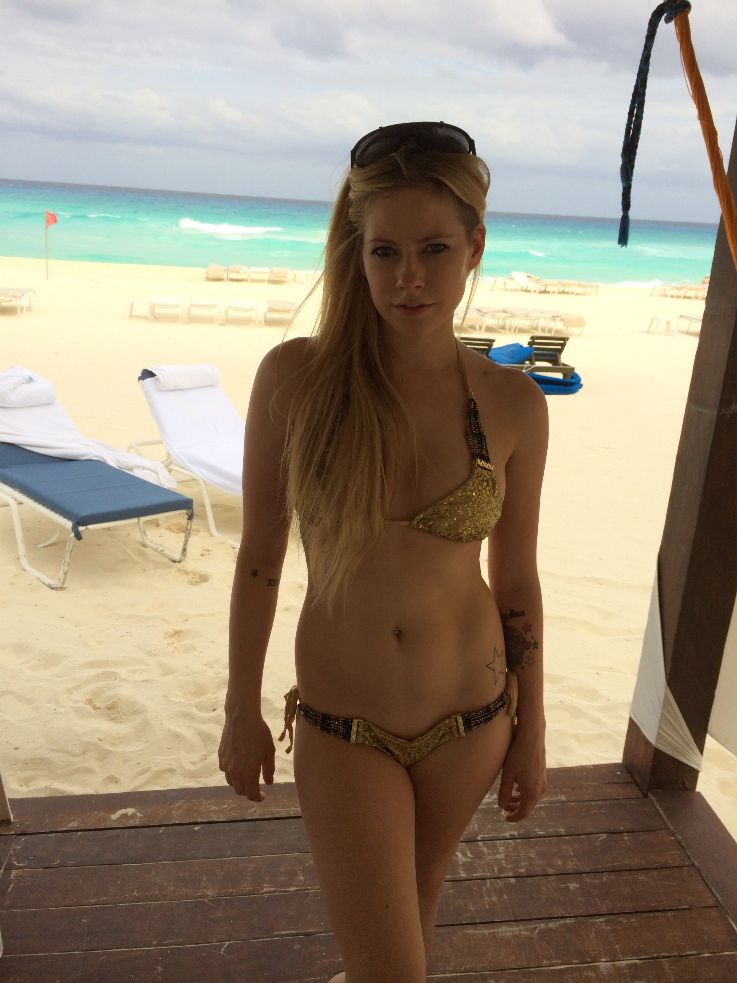 Avril Lavigne boobs show